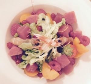 insalata con frutta e pesce crudo