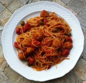 Spaghetti con olive verdi e polpettine di carne