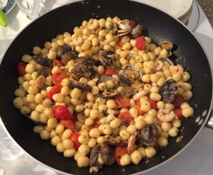 gnocchetti-con-pomodorini-freschi-vongole-veraci-e-gamberetti