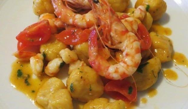 gnocchi-di-zucca-e-patate-con-pomodorini-e-gamberi