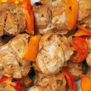 spiedini-di-pollo-e-peperoni-con-salsa-piccantejpg